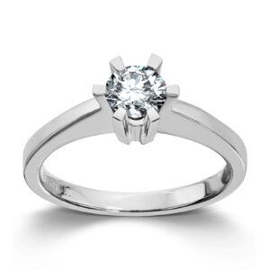 Mestergull Cinderella er en stram og lekker Solitaire modell med matchende diamantring, anheng og ørepynt i gult eller hvitt gull. Velg mellom diamanter i størrelser fra 0,10 ct. til 2,00 ct. CINDERELLA Ring
