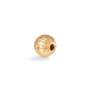 Mestergull Kulelås Nature i 18 kt. Gult gull 8,5 mm, riflet overflate. NB: Passer kun til Ole Lynggaard kjeder med dupper. LYNGGAARD Nature Anheng