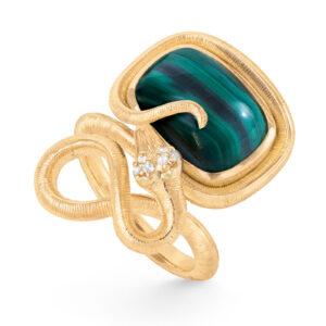 Mestergull Snakes ring i 18 kt. gult gull med 6 diamanter, totalt 0,04ct TwVs og malakitt 15x11 12ct LYNGGAARD Snakes Ring
