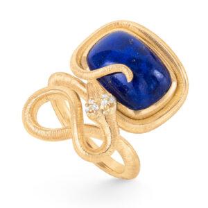 Mestergull Snakes ring i 18kt gult gull med 6 diamanter, totalt 0,04ct TwVs og lapis 15x11 12ct LYNGGAARD Snakes Ring