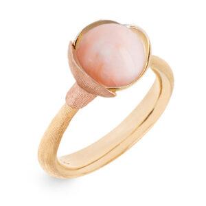 Mestergull Lotus ring str. 1 i 18 kt. gult gull med to blad i rosé gull - Rosa korall LYNGGAARD Lotus Ring