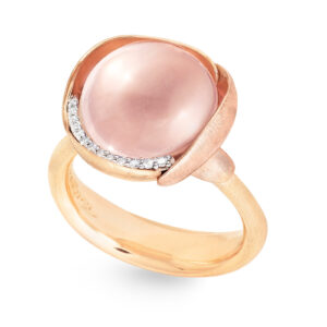Mestergull Lotus ring str. 3 i 18 kt. gult gull med to blad i rosé gull -13 diamanter totalt 0,05 ct. TwVs - Rosenkvarts LYNGGAARD Lotus Ring
