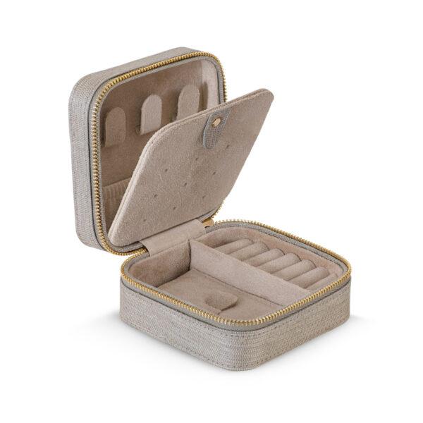 Mestergull Flott smykkeskrin med glidelås i 100% rå silke beige LYNGGAARD Smykkeskrin
