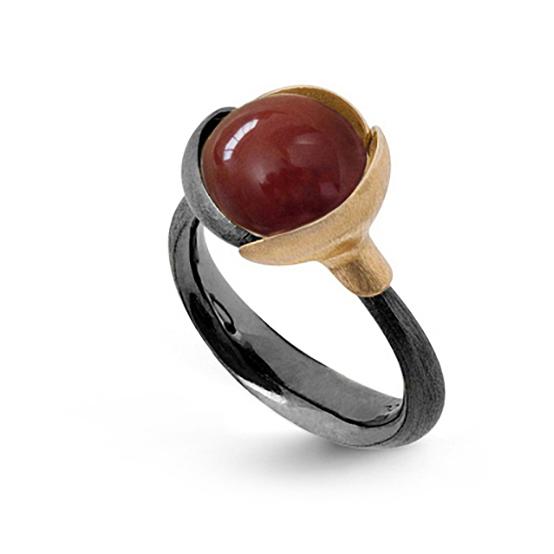 Mestergull Ring Lotus str. 2 i oksidert sølv med blad i 18 K rosé og gult gull - Karneol LYNGGAARD Lotus Ring