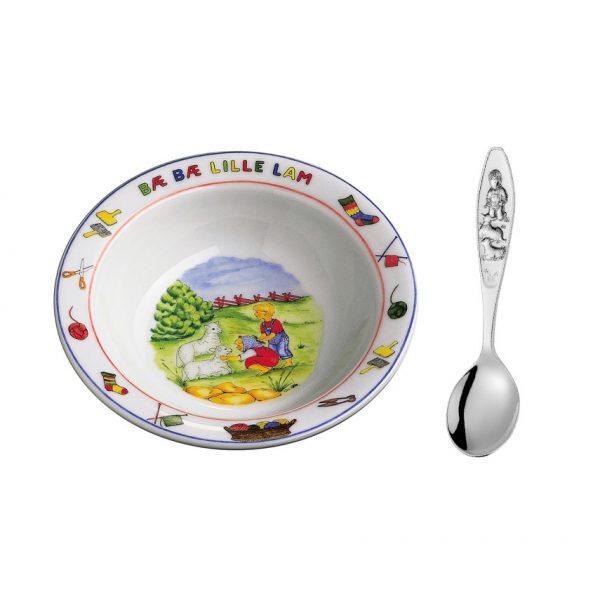 Mestergull Sølv barneskje med grøtskål i porselen i mønsteret Bæ-bæ B? B? LILLE LAM GUTT Barneskje