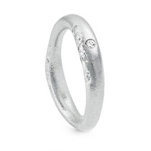 Mestergull Love Ring nr. 3 i 18 kt. Hvitt gull med 1 diamant 0,015 ct. TwVs. Matt overflate LYNGGAARD Love Ring