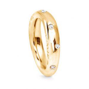 Mestergull Love Ring nr. 4 i 18 K Gult gull Pavé med 61 diamanter. Totalt 0,71 ct TwVs blank overflate LYNGGAARD Love Ring
