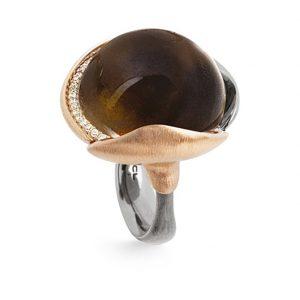 Mestergull Ring Lotus str. 4 i oksidert sølv med blad i 18 k rosé og gult gull - 26 diamanter totalt 0,15 ct. TwVs - Røkkvarts LYNGGAARD Lotus Ring