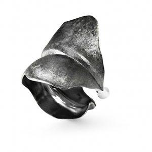 Mestergull Leaves Ring stor i oksidert sølv LYNGGAARD Leaves Ring