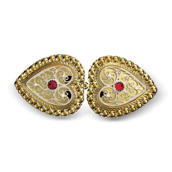 Mestergull Hjerteformet beltespenne i forgylt og hvitt sølv med rød sten for montering på skinnlist. Spennen er omkranset med perlekant og filigrandekor med kruse i midten. NORSK BUNADSØLV Spenne