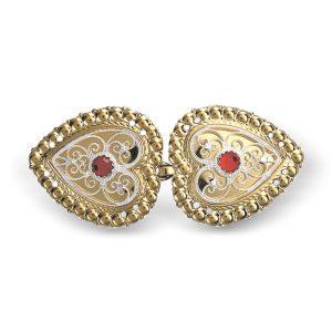 Mestergull Hjerteformet capespenne i forgylt og hvitt sølv med rød sten, dekorert med kruse og filigran. NORSK BUNADSØLV Spenne