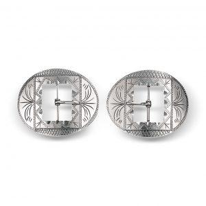 Mestergull Ovalforma spenner i oksidert sølv til bunadsko med graverte detaljer. Spennen brukes til flere bunader. NORSK BUNADSØLV Spenne