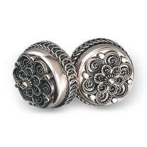 Mestergull Stor, dobbel halsknapp i oksidert sølv. Knappen brukes til å lukke skjorta i halsen. NORSK BUNADSØLV Halsknapp