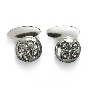Mestergull Blanke mansjettknapper i oksidert sølv med påloddet filigran. Brukes både av dame og herre. NORSK BUNADSØLV Mansjettknapp