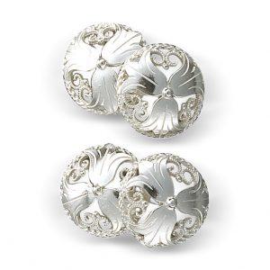 Mestergull Mansjettknapper i hvitt sølv med liljemotiv. NORSK BUNADSØLV Mansjettknapp
