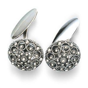 Mestergull Mansjettknapper i oksidert sølv, dekorert med filigran og kruse i midten. Passar fint til flere bunader i Oppland. NORSK BUNADSØLV Mansjettknapp