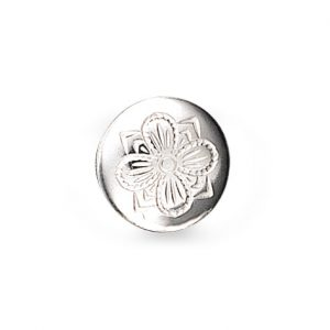 Mestergull Formstøpt bunadsknapp i hvitt sølv. Knappen har lang hempe og blir festet med snor. Firkløveren - det tradisjonelle symbolet for hell og lykke pryder denne knappen. NORSK BUNADSØLV Knapp