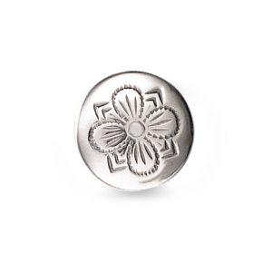 Mestergull Formstøpt bunadsknapp i oksidert sølv. Firkløveren - det tradisjonelle symbolet for hell og lykke pryder denne knappen. Finnes i flere størrelser. NORSK BUNADSØLV Knapp