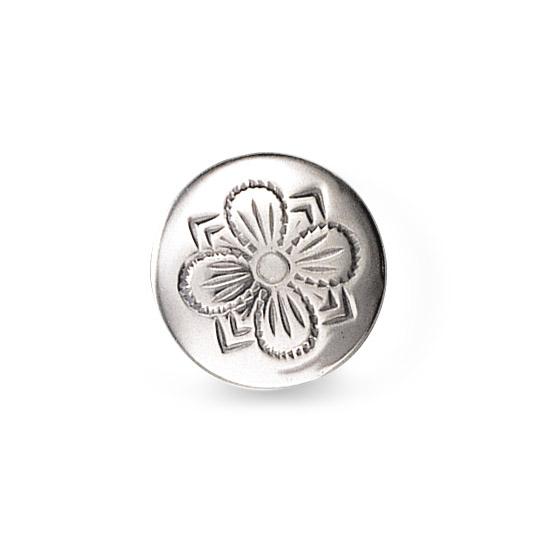 Mestergull Formstøpt bunadsknapp i oksidert sølv. Knappen har lang hempe og blir festet med snor. Firkløveren - det tradisjonelle symbolet for hell og lykke pryder denne knappen. NORSK BUNADSØLV Knapp