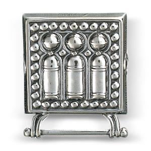 Mestergull Knivstøl i oksidert sølv. Monteres på skinnlist. eller stoffbelte med monteringsringane bakpå. NORSK BUNADSØLV Belte