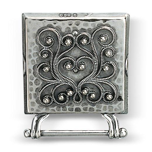 Mestergull Veskestøl i oksidert sølv med påloddet filigran for montering på skinnlist. NORSK BUNADSØLV Belte