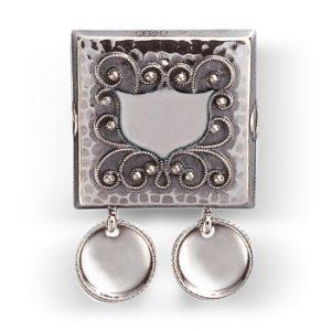 Mestergull Navnestøl i oksidert sølv med påloddet filigran for montering på skinnlist. NORSK BUNADSØLV Belte