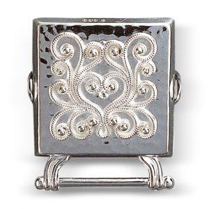 Mestergull Veskestøl i hvitt sølv med påloddet filigran for montering på skinnlist. NORSK BUNADSØLV Belte