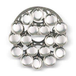 Mestergull Oksidert skålsølje med blanke trådkantløv. Skålene på søljene var et vanlig uttrykk for jomfruelighet og disse søljene ble gjerne brukt som forlovelsesgave i tidligere tider. NORSK BUNADSØLV Sølje