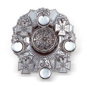 Mestergull Støpt sølje i oksidert sølv med flott filigranrosett i midten, omkranset av korsløv og trådkantløv. Velges ofte til Nordhordland vinterbunad og Hardanger vinterbunad. NORSK BUNADSØLV Sølje