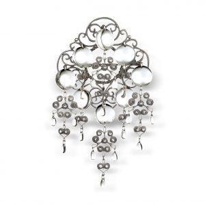 Mestergull Nordlandssølje i oksidert sølv har en særegen firkantet søljebunn pryda med filigransheng og blanke, glatte løv. Finst også i hvitt sølv med forgylte løv. NORSK BUNADSØLV Sølje