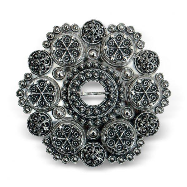 Mestergull Bolesølje oksidert sølv til Aust-Agder og Vest-Agder, solid støypt med 6 boler. På baksiden er det laget en ekstra sikkerhetslås. NORSK BUNADSØLV Sølje
