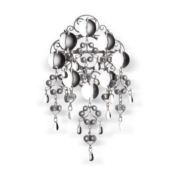Mestergull Nordlandssølje i oksidert sølv. Den har en særegen firkanatet søljebunn prydet med 8 glatte, blinkende løv. NORSK BUNADSØLV Sølje