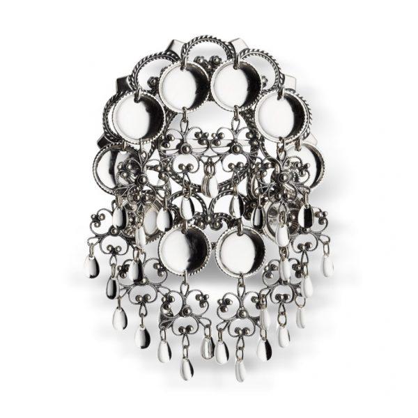 Mestergull Vakker skålesølje i oksidert sølv, med praktfulle heng og blanke trådkantløv. En av de mest populære søljene da den tradisjonelle utformingen gjør at den passer mange flotte bunader. NORSK BUNADSØLV Sølje