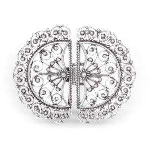 Mestergull Beltespenne i oksidert sølv med øsken til Bergensbunaden. Utsøkte detaljer med filigran. Sølvet har utgangspunkt i en sølje laget i 1870 og har motiv inspirert av paraply og regndråper. NORSK BUNADSØLV Spenne