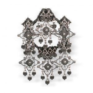 Mestergull Sølje i oksidert sølv med detaljerte kruser og heng. NORSK BUNADSØLV Sølje