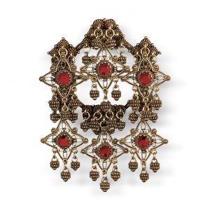 Mestergull Sølje i gammelforgylt sølv med detaljerte kruser, heng og røde stener. NORSK BUNADSØLV Sølje