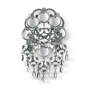 Mestergull Liten skålsølje i oksidert sølv. Den er prydet med nydelige heng og store, blanke trådkantløv. NORSK BUNADSØLV Sølje