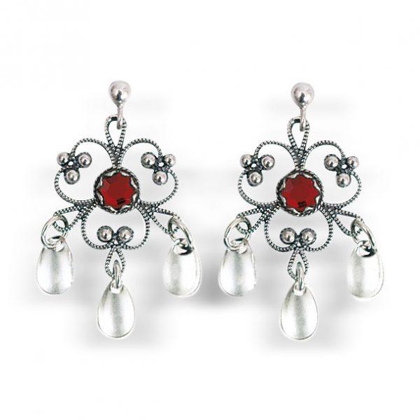Mestergull Blomsterforma ørepynt i oksidert sølv med tradisjonell filigrandekor med rød sten og små, blanke dryppløv. Passar til alle bunader med oksidert bunadsølv. NORSK BUNADSØLV Ørepynt