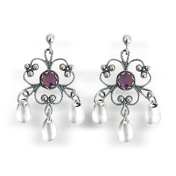 Mestergull Blomsterforma ørepynt i oksidert sølv med tradisjonell filigrandekor med lilla sten og små, blanke dryppløv. Passar til alle bunader med oksidert bunadsølv. NORSK BUNADSØLV Ørepynt