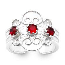 Mestergull Bunadsring i hvitt sølv med tradisjonsrikt filigransarbeid med røde stener. Ringen er regulerbar og passer alle størrelser. NORSK BUNADSØLV Ring