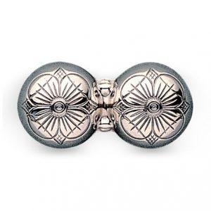 Mestergull Dobbel halsknapp i oksidert sølv med tradisjonell firkløvermotiv for hell og lykke. NORSK BUNADSØLV Halsknapp