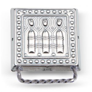 Mestergull Veskestøl i oksidert sølv med dekor er typisk for Nordmøre. NORSK BUNADSØLV Belte