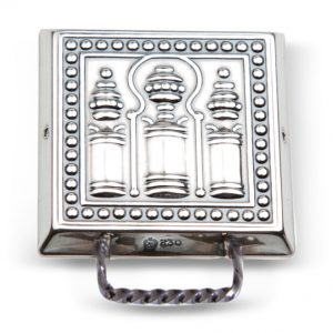 Mestergull Stor veskestøl i oksidert sølv med dekor er typisk for Nordmøre. NORSK BUNADSØLV Belte