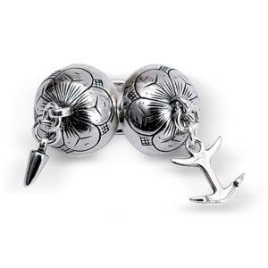 Mestergull Dobbel halsknapp i oksidert sølv til Østfold herrebunad. Den karakteristiske halsknappen med spyd og anker har opphav fra gamle funn på Onsøy. NORSK BUNADSØLV Halsknapp