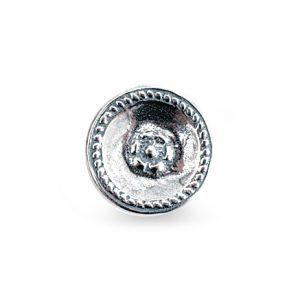 Mestergull Bunadsknapp i oksidert sølv. Denne blir brukt til Østfold herrebunad og har sitt opphav fra Idd. Du trenger 47 knapper totalt. NORSK BUNADSØLV Knapp