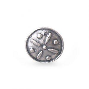 Mestergull Knapp i oksidert sølv til Tromsbunaden. Det særegne motivet tar utgangspunkt i gamle, bevarte sølvknappar fra området. NORSK BUNADSØLV Knapp