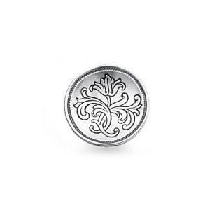 Mestergull Bunadsknapp i oksidert sølv med særpreg fra Østerdalen. Knappen er buet innover og har gravert blomstermotiv med opphav fra gamle knapper. NORSK BUNADSØLV Knapp