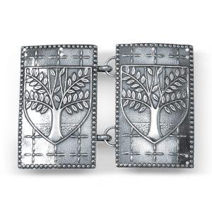 Mestergull Beltespenne i oksidert sølv til Askøybunaden. Den blir festet på svart skinnlist og har askemotiv som på kommunevåpenet til Askøy. NORSK BUNADSØLV Spenne
