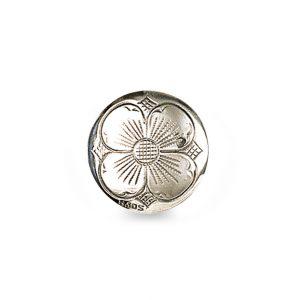 Mestergull Tradisjonsrik knapp med firkløvermotiv i oksidert sølv. Knappen blir brukt i flere steder rundt om i landet. NORSK BUNADSØLV Knapp