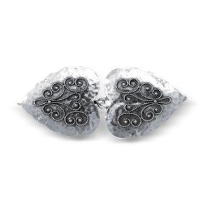 Mestergull Hjarteformet beltespenne i støpt og oksidert sølv til Rogalandsbunaden. Hamret overflate og flott filigrandekor. NORSK BUNADSØLV Spenne